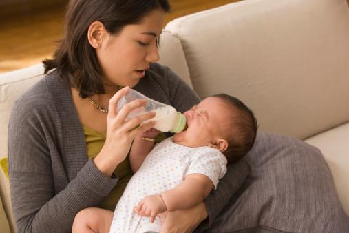 Comment faire si un bébé de moins de 6 mois refuse son biberon ? / Source image : Gettyimages