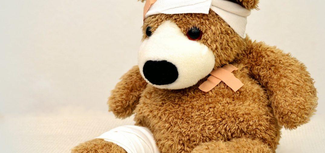 Peluche avec des pansements et des bandages de premiers secours