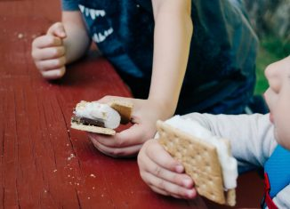 Enfants qui mangent des gâteaux pour le goûter