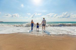 parents avec enfant à la mer