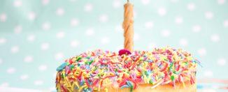 Bougie sur un cupcake coloré pour un anniversaire