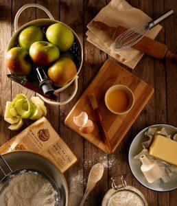 vue de dessus d'aliments sur une table en bois pommes beurre farine planche à découper