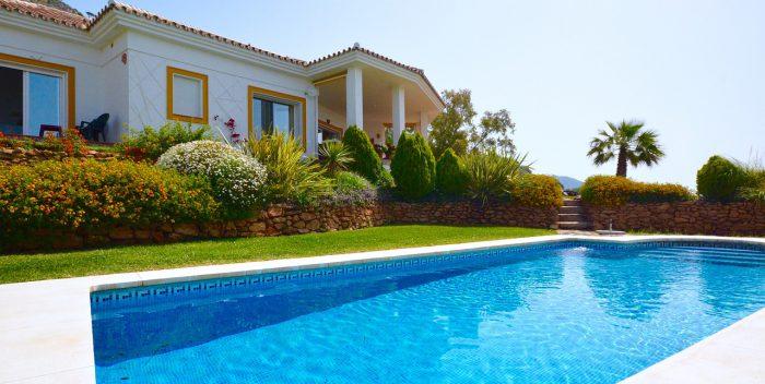 extérieur de maison avec piscine