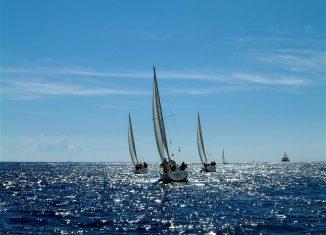 Voilier sur la mer Méditerranée pendant des vacances en Corse