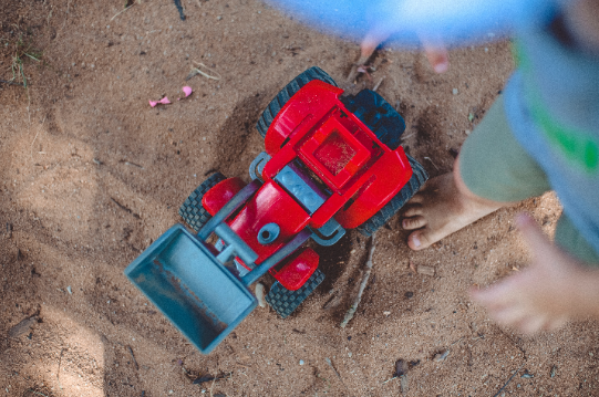 Jouet tracteur pour enfants dans un bac à sable