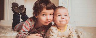 Frère aîné aux côtés de son petit frère bébé
