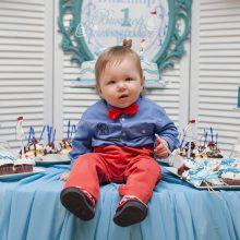Petit garçon qui fête son anniversaire